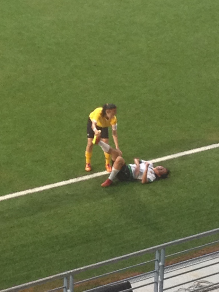 Even amidst the tension of the game, the VJC captain still had the heart to help #6 Elizabeth Jane Ong stretch her cramped leg. Plaudits to her!