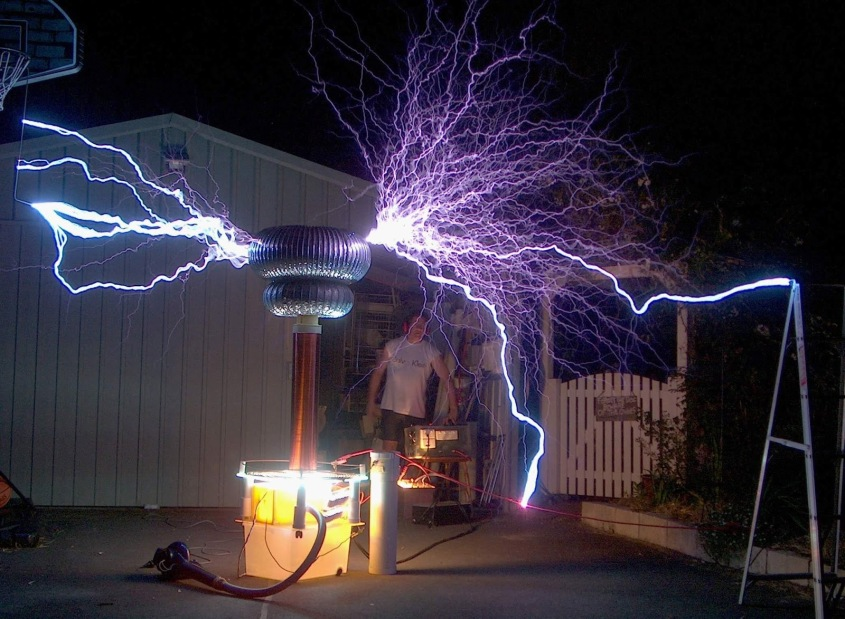 This, ladies and gentlemen, is a tesla coil in its full glory!