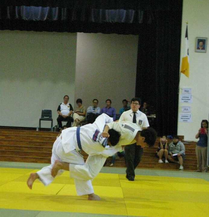 Yuan Bo throwing his opponent